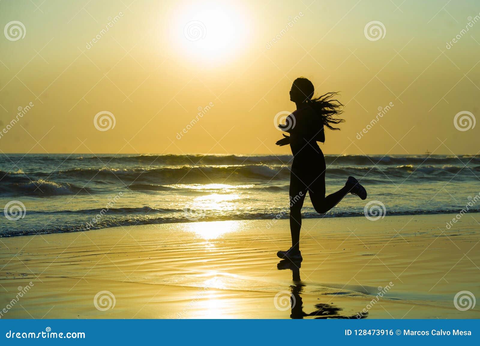Kontur av den unga lyckliga och attraktiva afrikansk amerikanlöparekvinnan som övar i rinnande konditiongenomkörare på den härlig