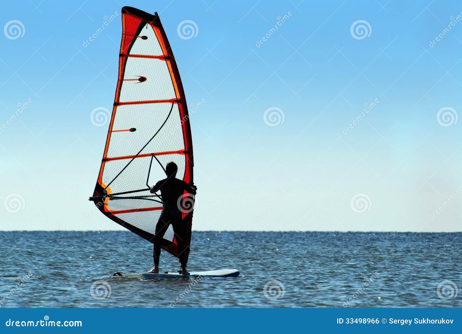 Kontur av en surfare på havet