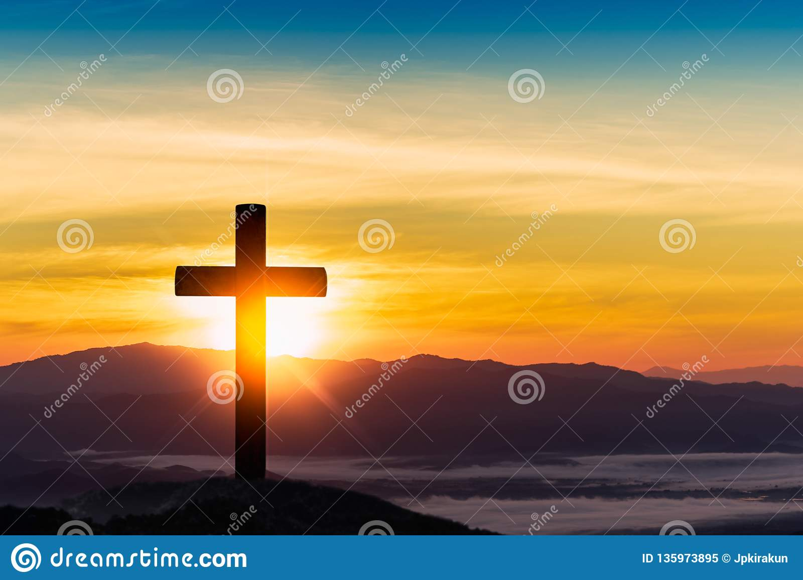 Kontur av korset på bergsolnedgångbakgrund