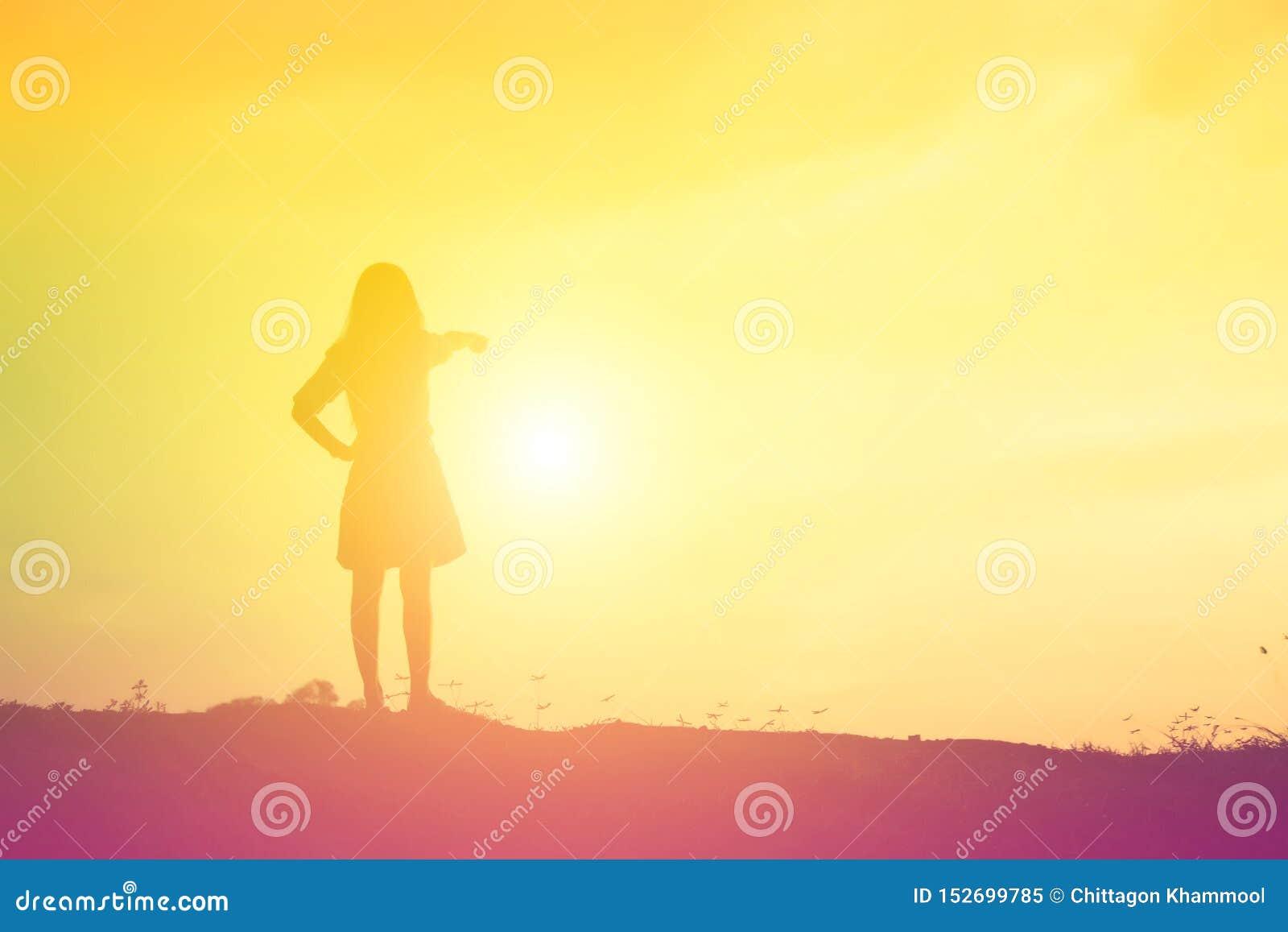Kontur av kvinnan som ber ?ver h?rlig himmelbakgrund