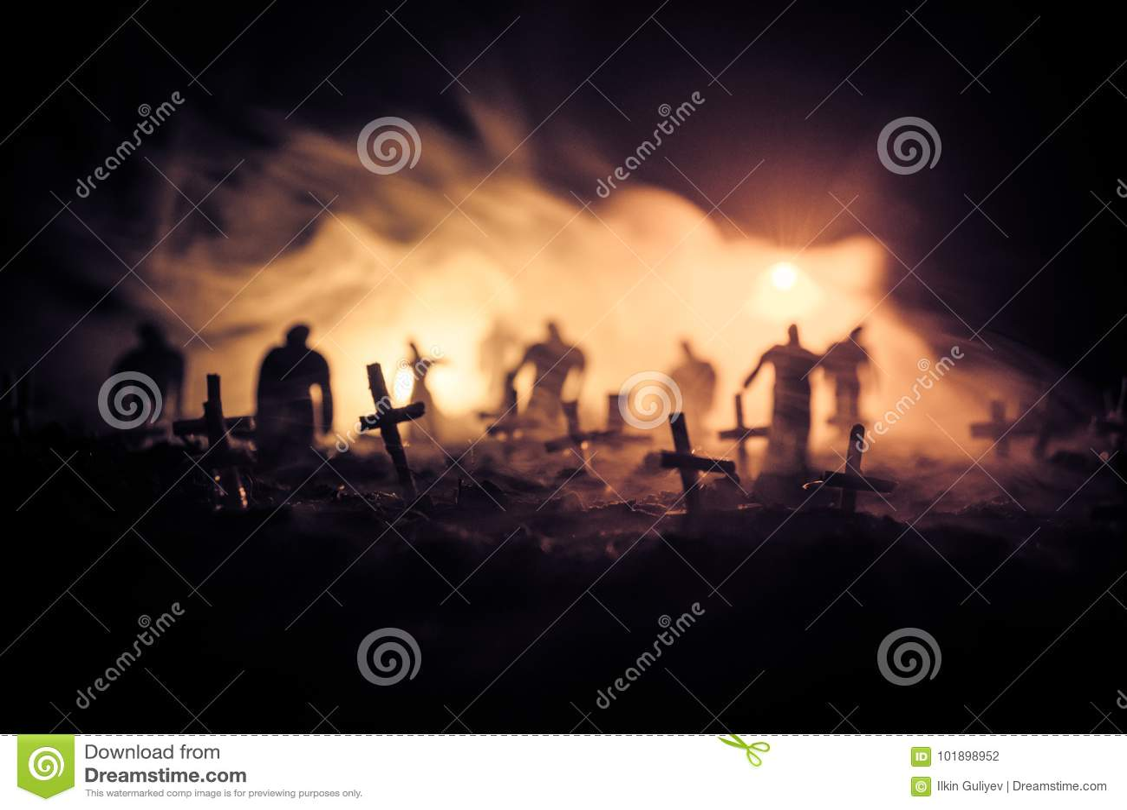 Kontur av levande död som går över kyrkogård i natt Fasaallhelgonaaftonbegrepp av gruppen av levande död på natten