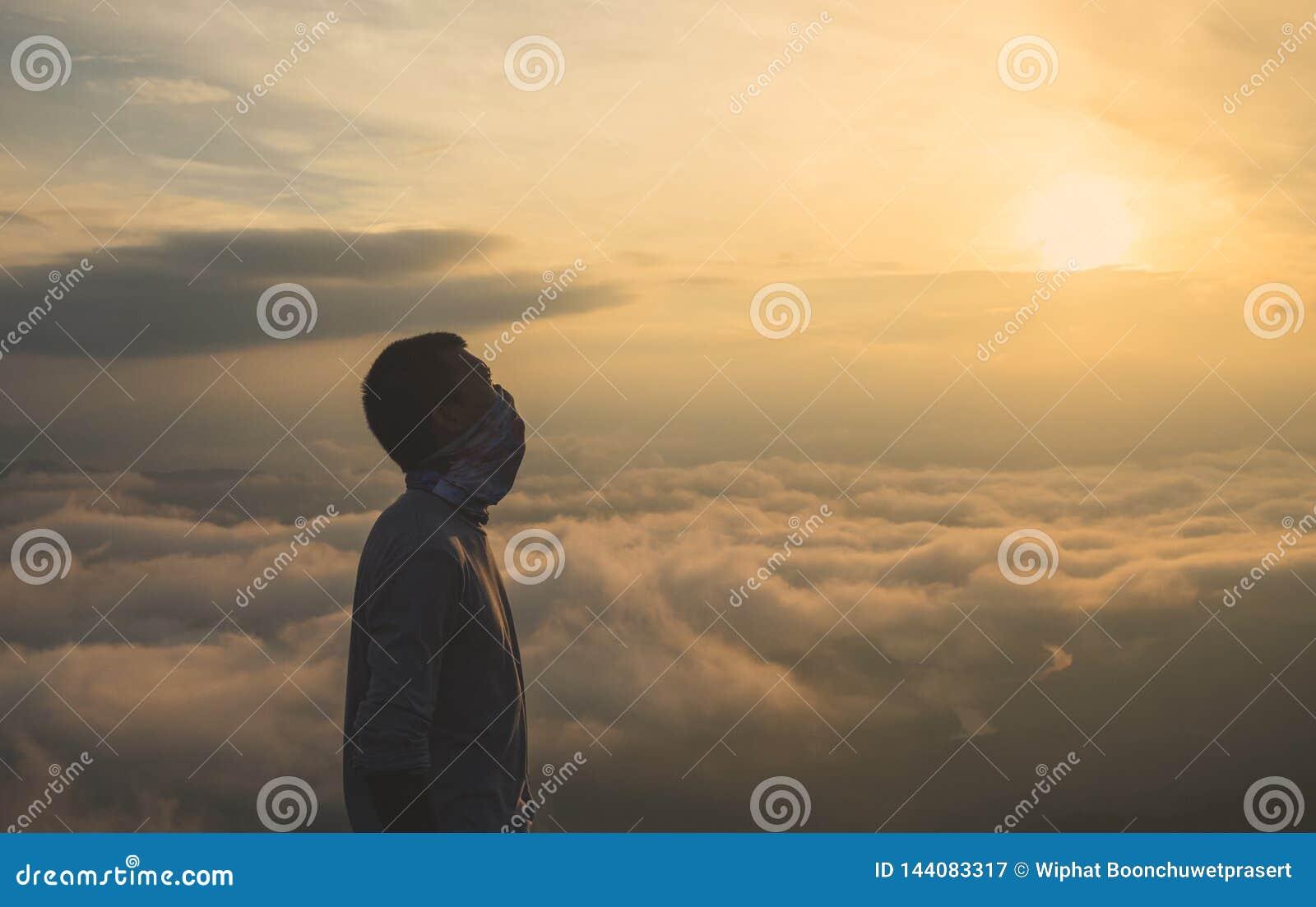 Kontur av manligt i soluppgångbakgrund