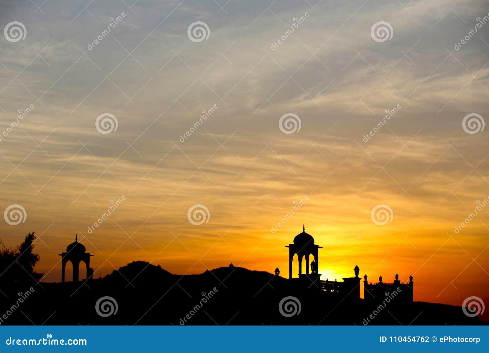 Kontur av templet med solen