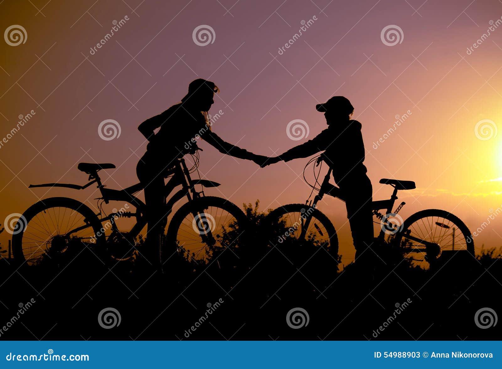 Kontur två med cyklar på solnedgången