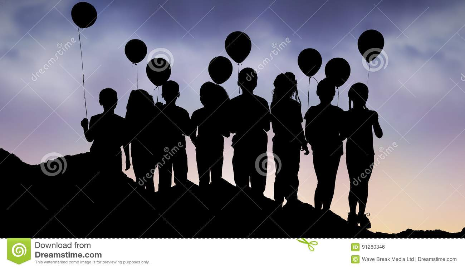 Konturbarn med ballonger på kullen mot himmel