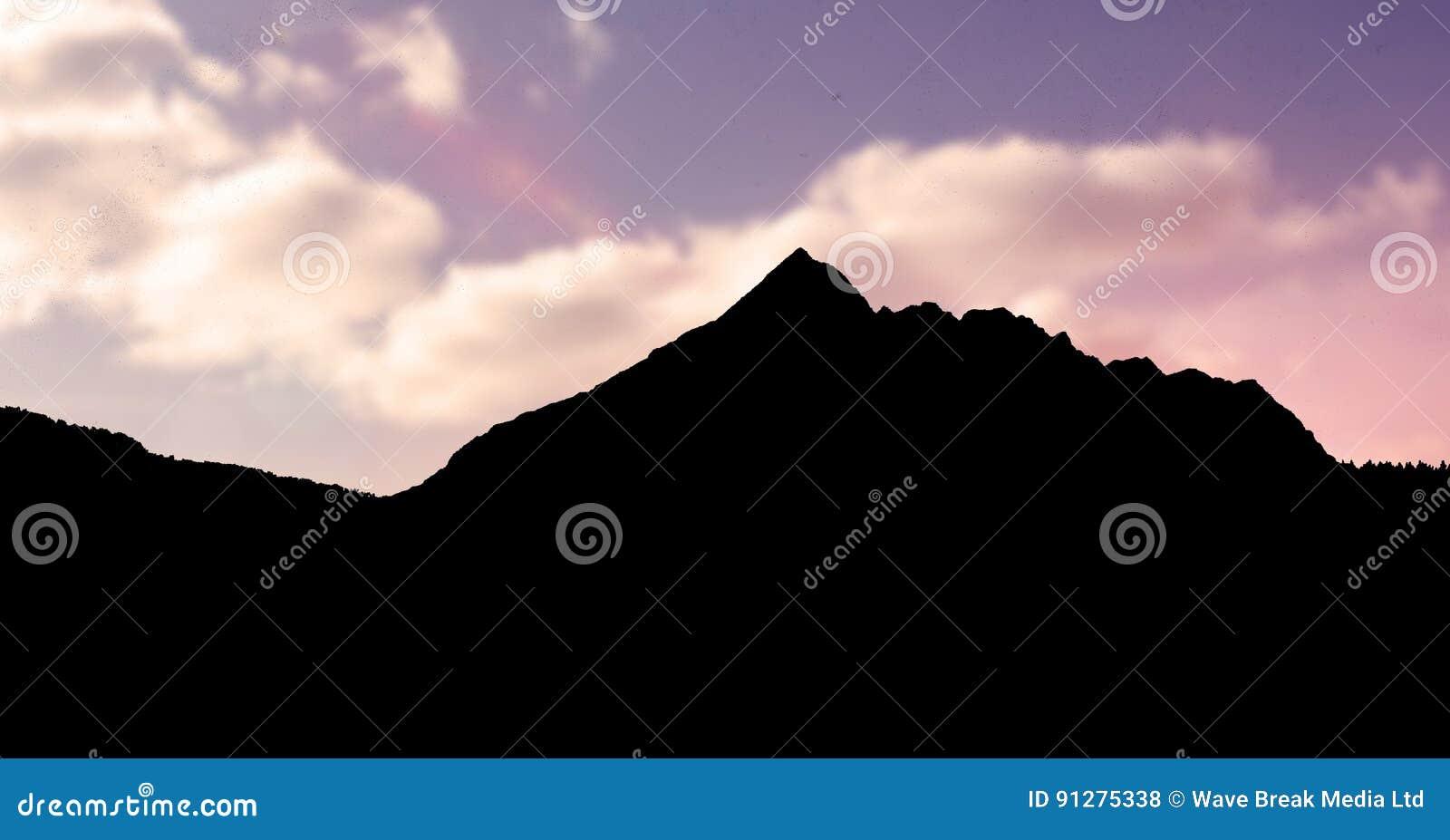 Konturberg mot himmel under solnedgång