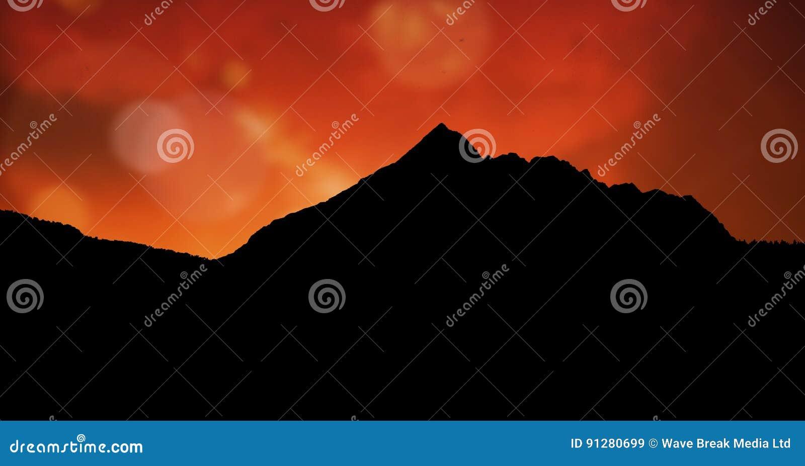 Konturberg mot orange himmel