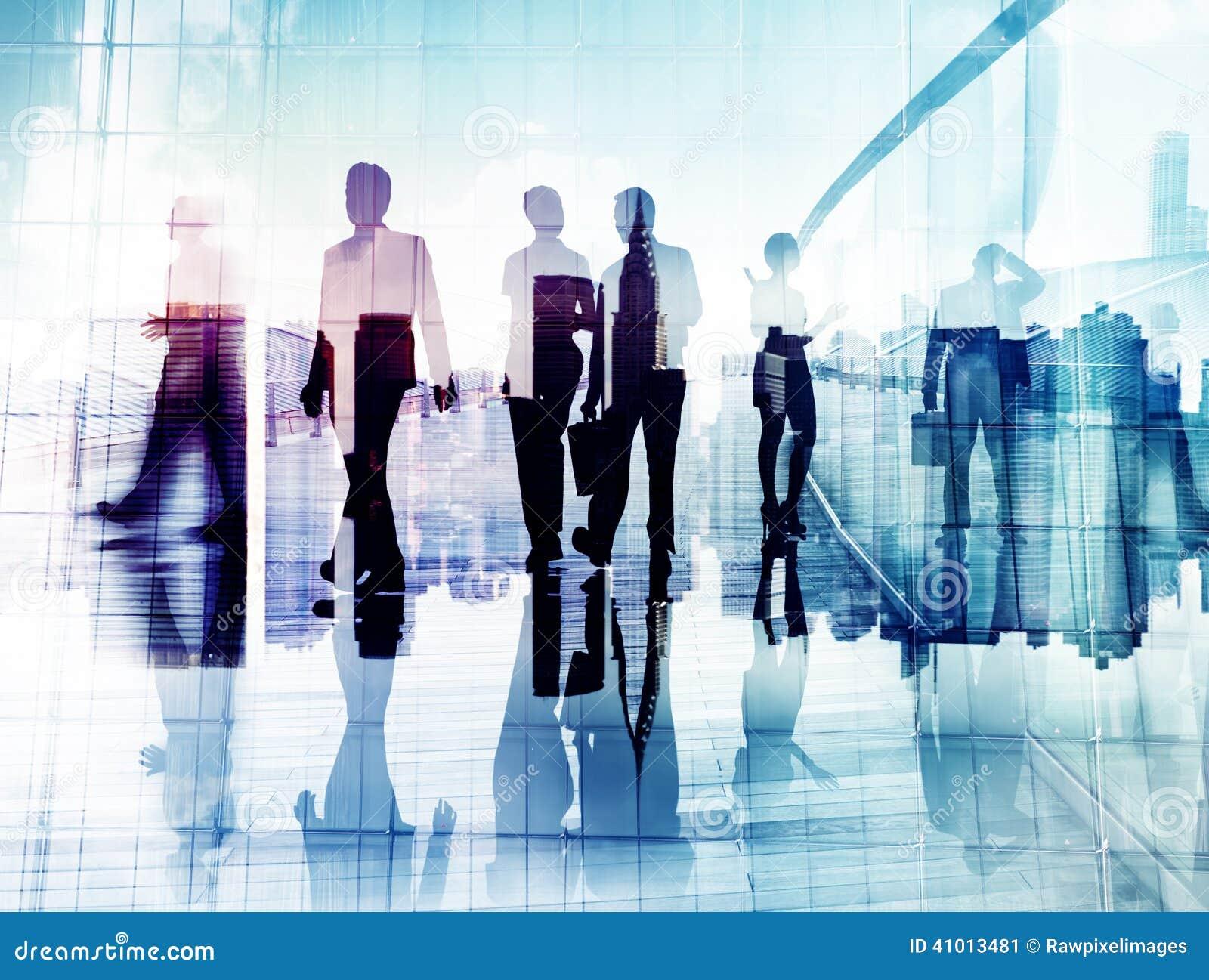 Konturer av affärsfolk i suddigt gå för rörelse