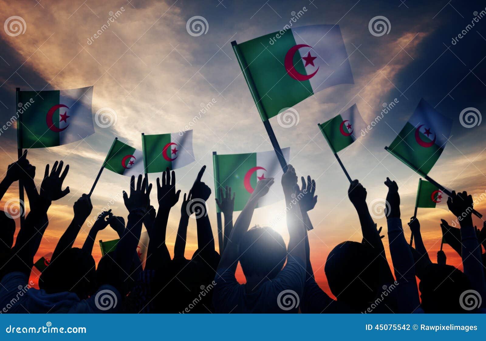 Konturer av folk som rymmer flaggan av Algeriet
