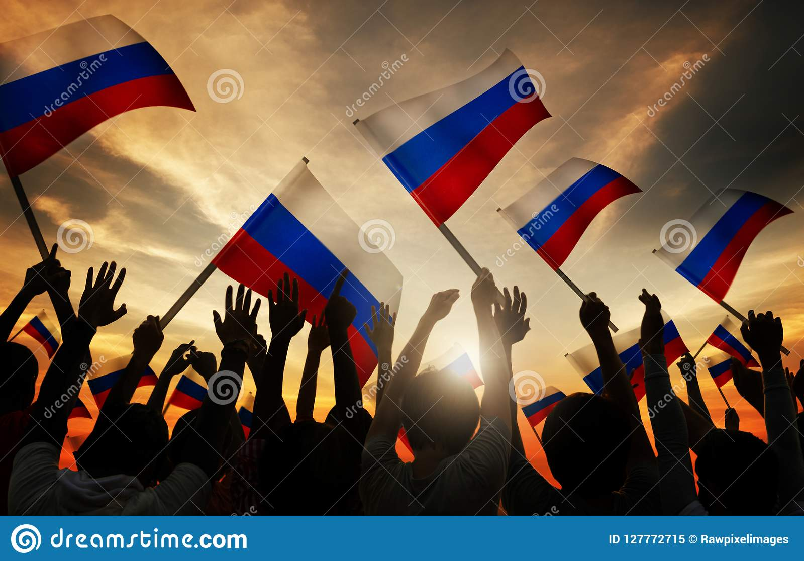 Konturer av folk som rymmer flaggan av Ryssland