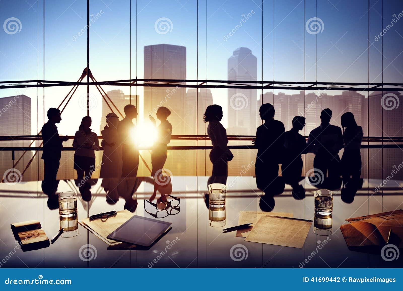 Konturer av idékläckning för affärsfolk inom kontoret