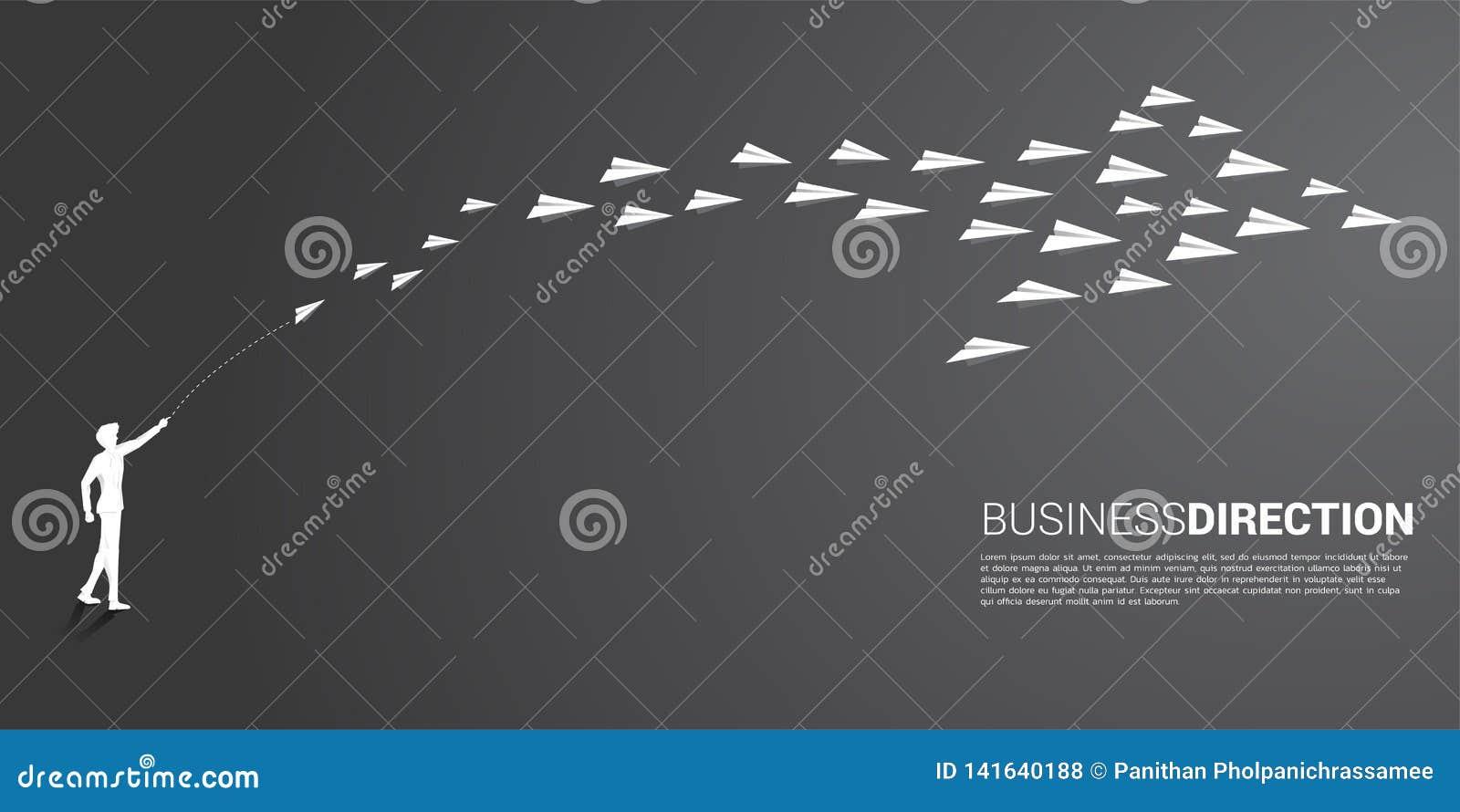 Konturn av affärsmannen att kasta ut det vita origamipappersflygplanet ordnas i en form av den stora pilen