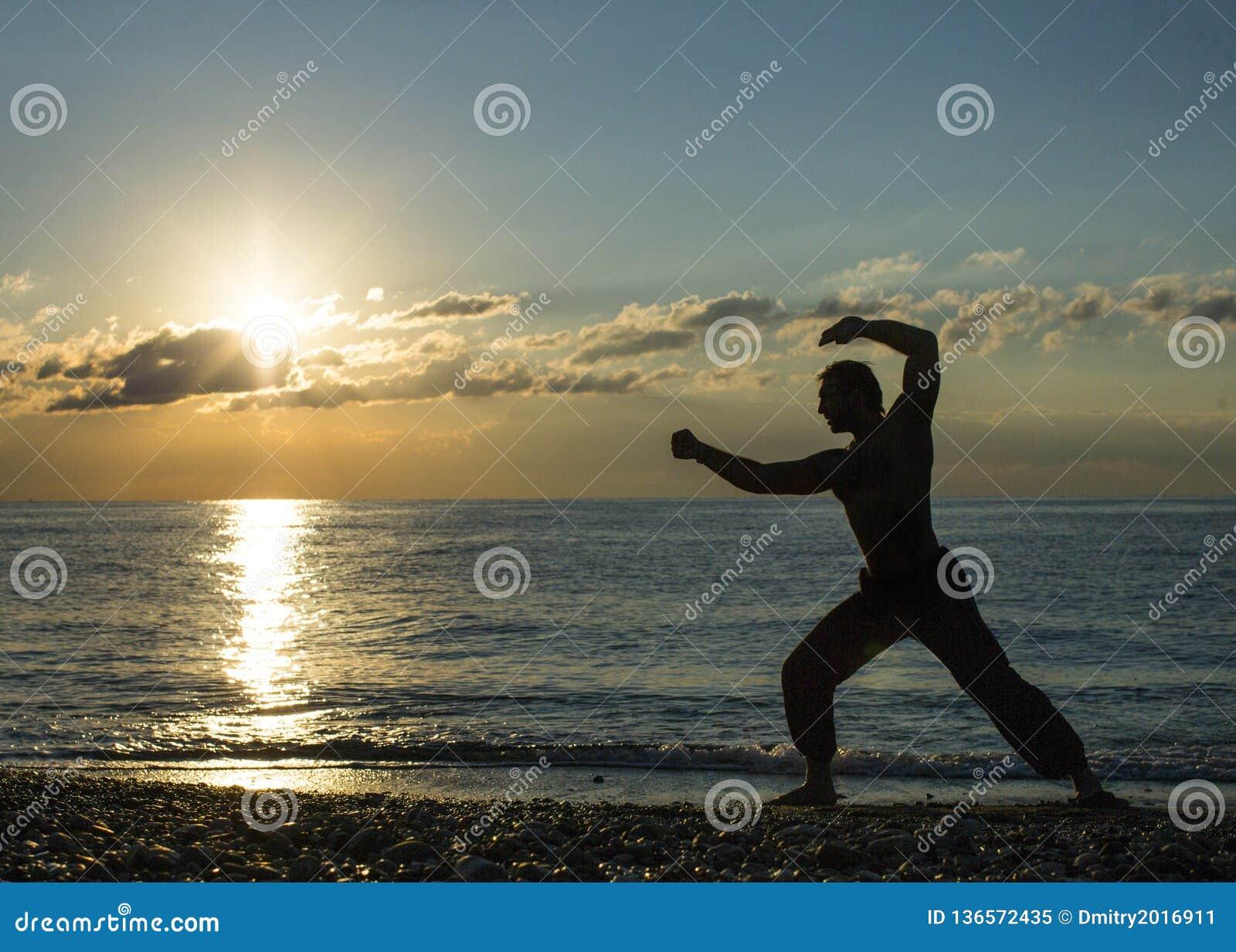 Konturn av vanor för en man påskyndar chun på stranden