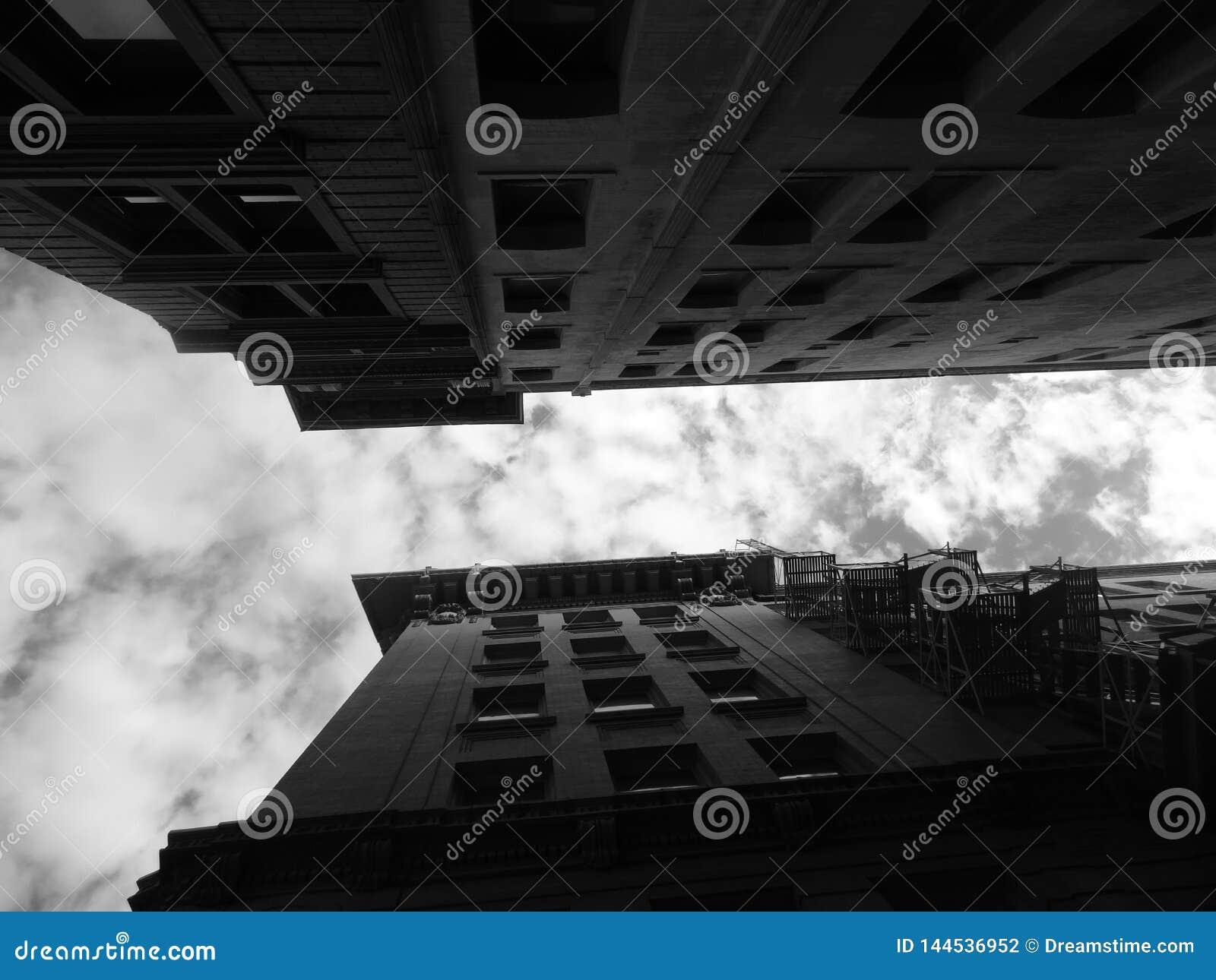 Konvergerande byggnader till himlen