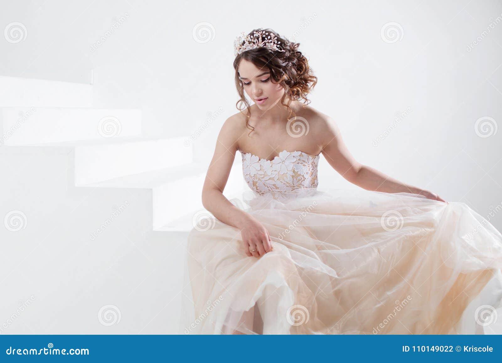 Konzept Der Braut Gehend In Richtung Zum Zukunftigen Gluck Schones