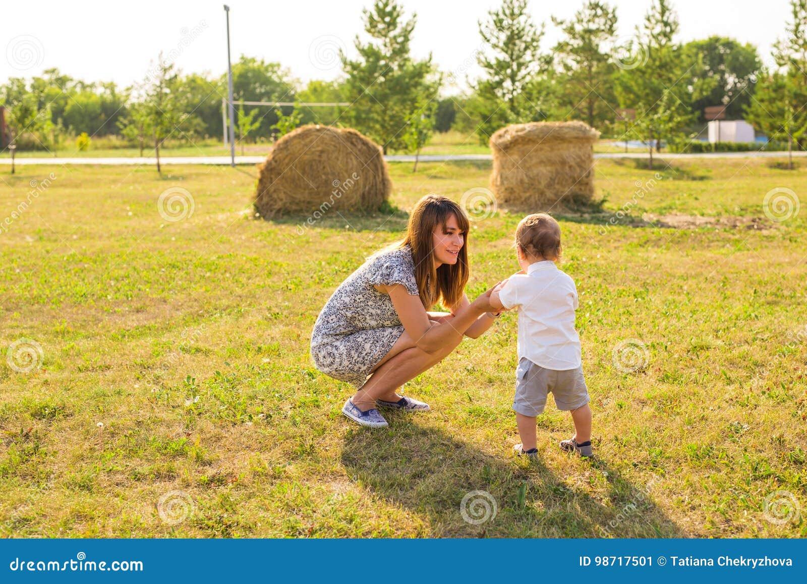 Konzept der Familie - Mutter- und Kindersohn draußen im Sommer