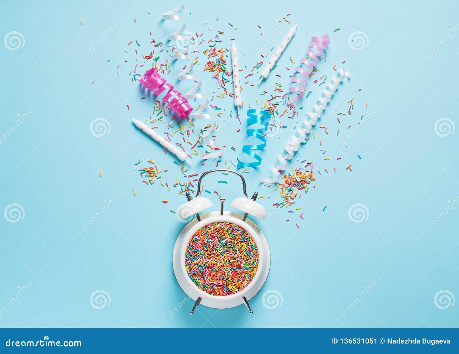 Konzept des Geburtstages und der Parteizeit auf blauem Pastell-bakground mit Warnung