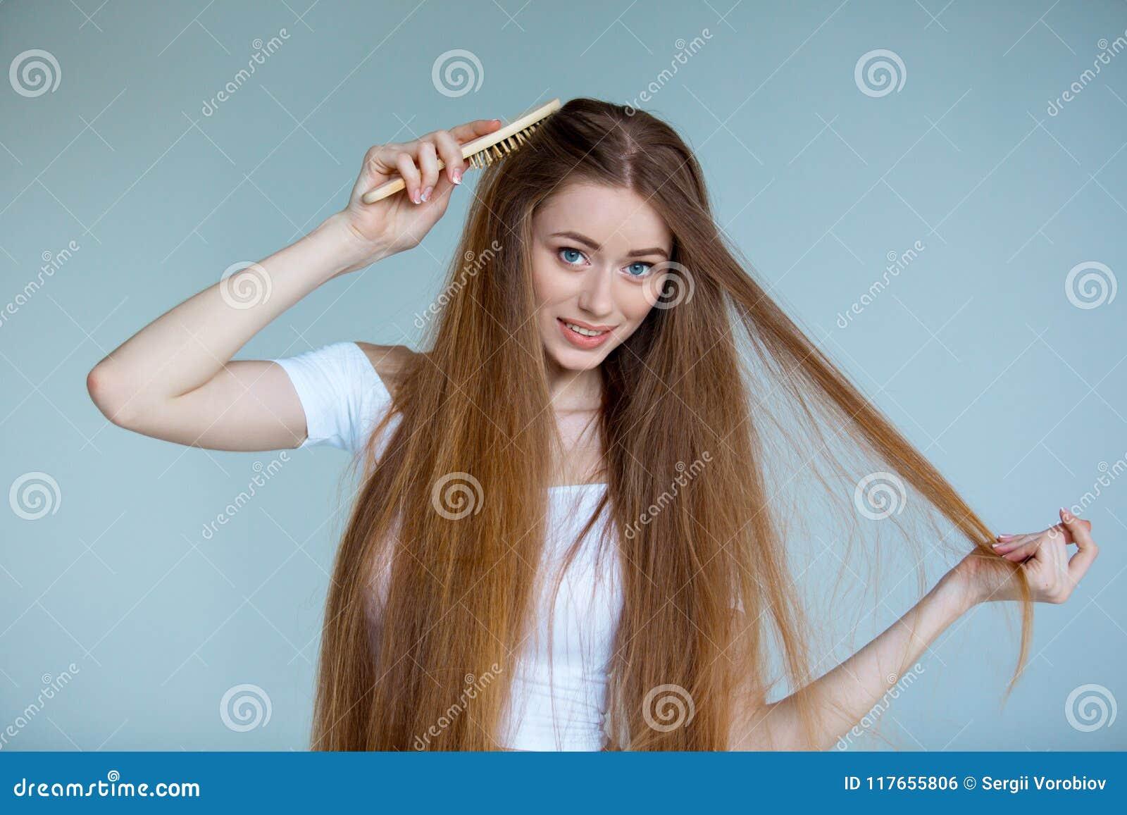 Konzept des Haarausfalls Schließen Sie herauf das Porträt der unglücklichen traurigen betonten jungen Frau mit dem lang trockenen
