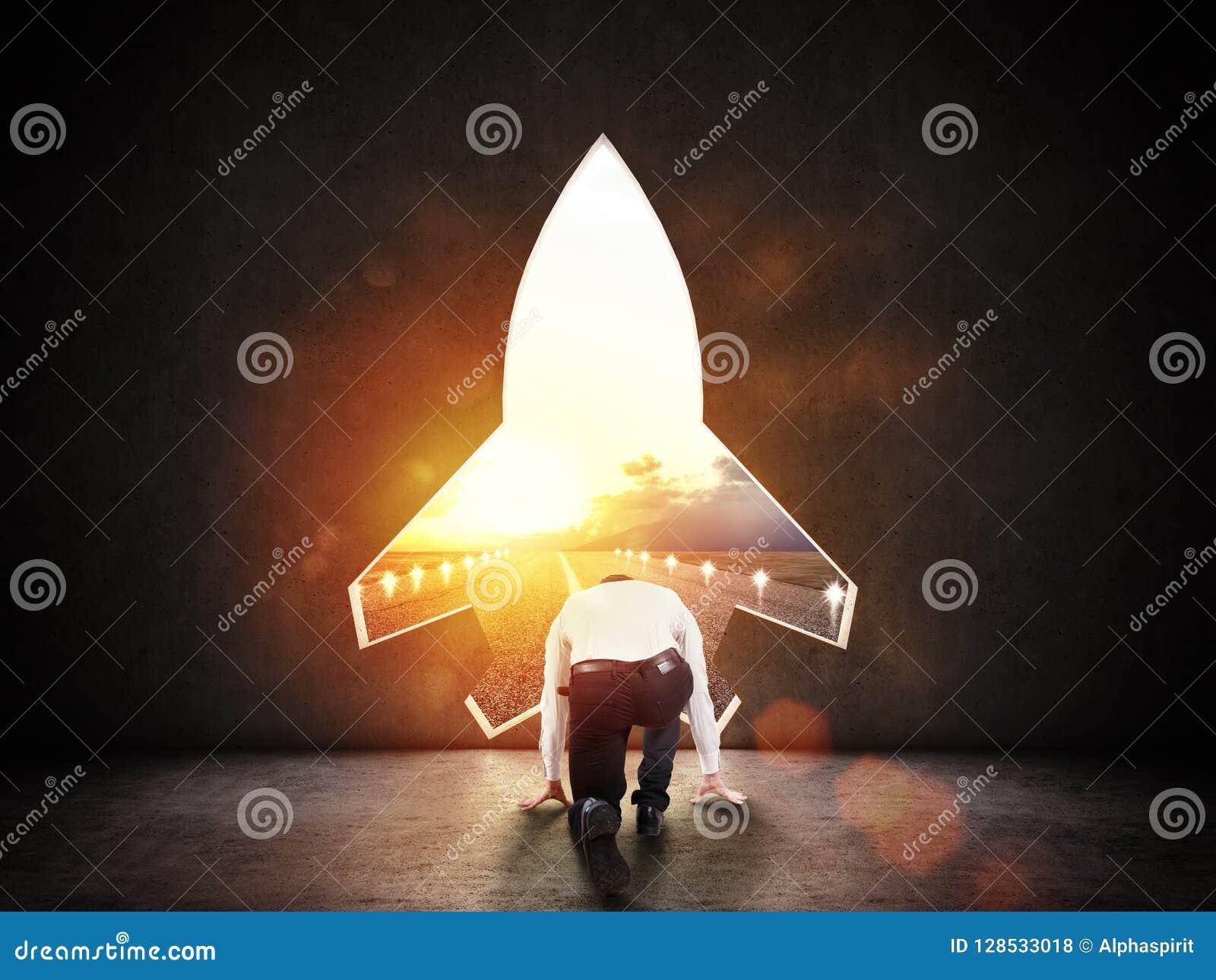 Konzept des Starts mit einem Raketenformloch in der Wand, die zur Abfahrt in Richtung zu den neuen Zielen anspielt