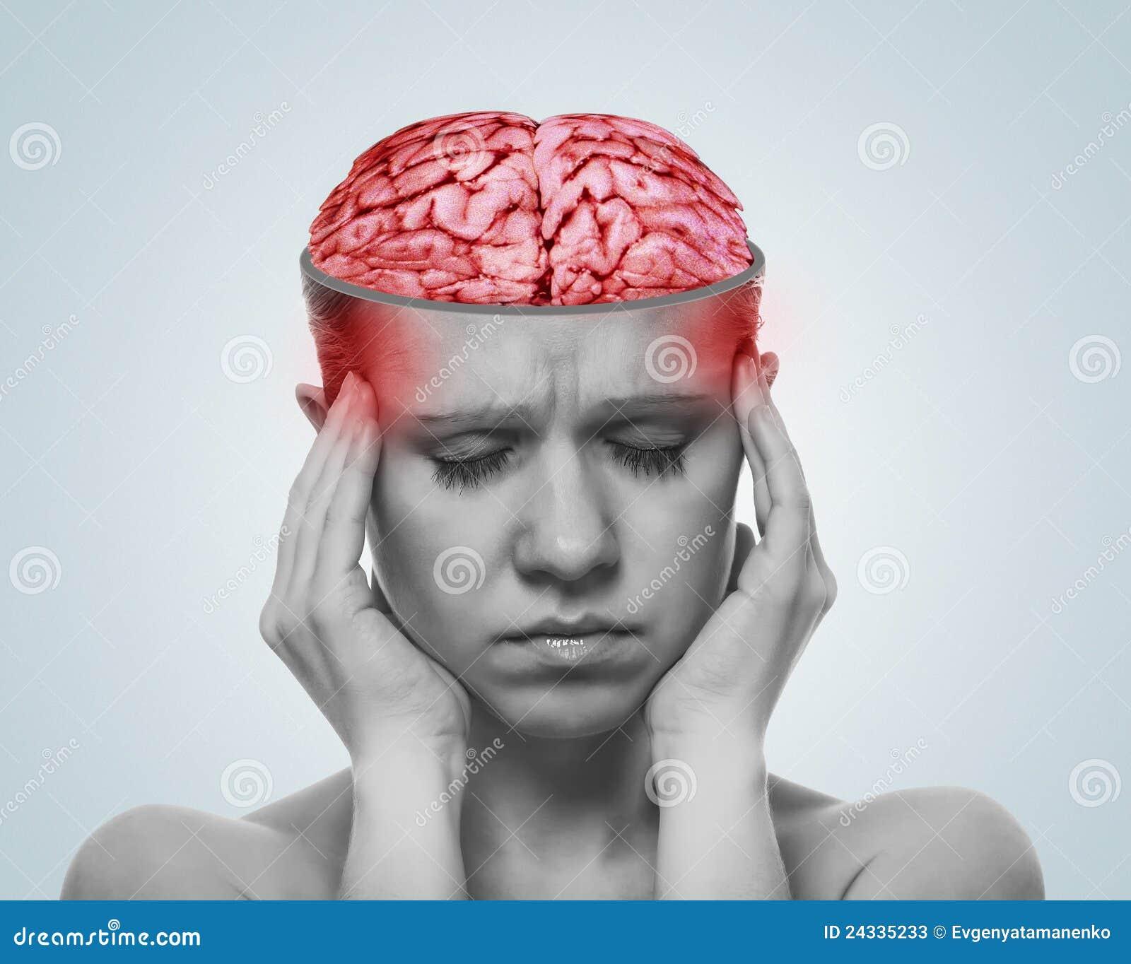 Konzept von Kopfschmerzen. öffnen Sie Schädel, entfachtes Gehirn