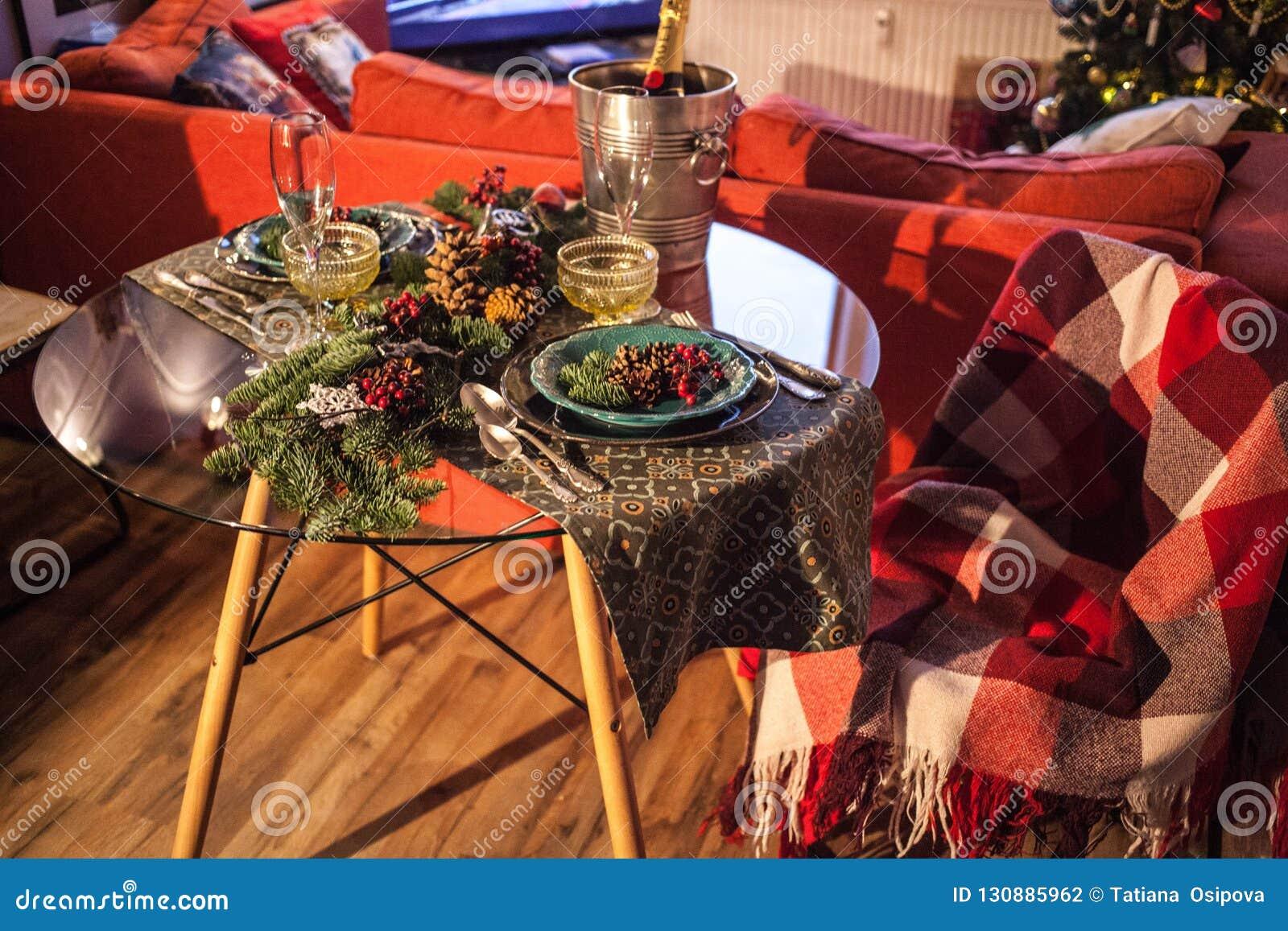 Konzeptfeiertagsgedeck des Weihnachtsneuen Jahres, das Licht glättet