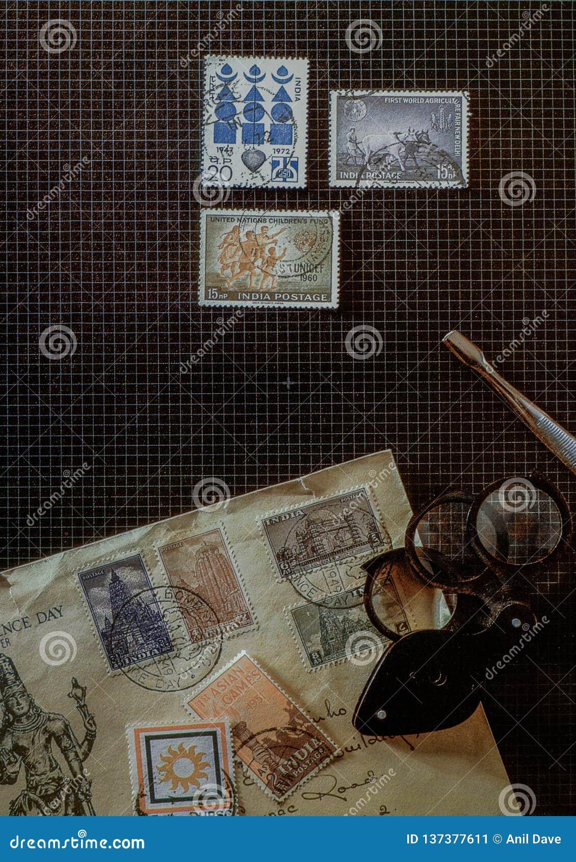 Konzeptphilatelie-Briefmarke-Kollektorwerkzeuge auf Schreibtisch