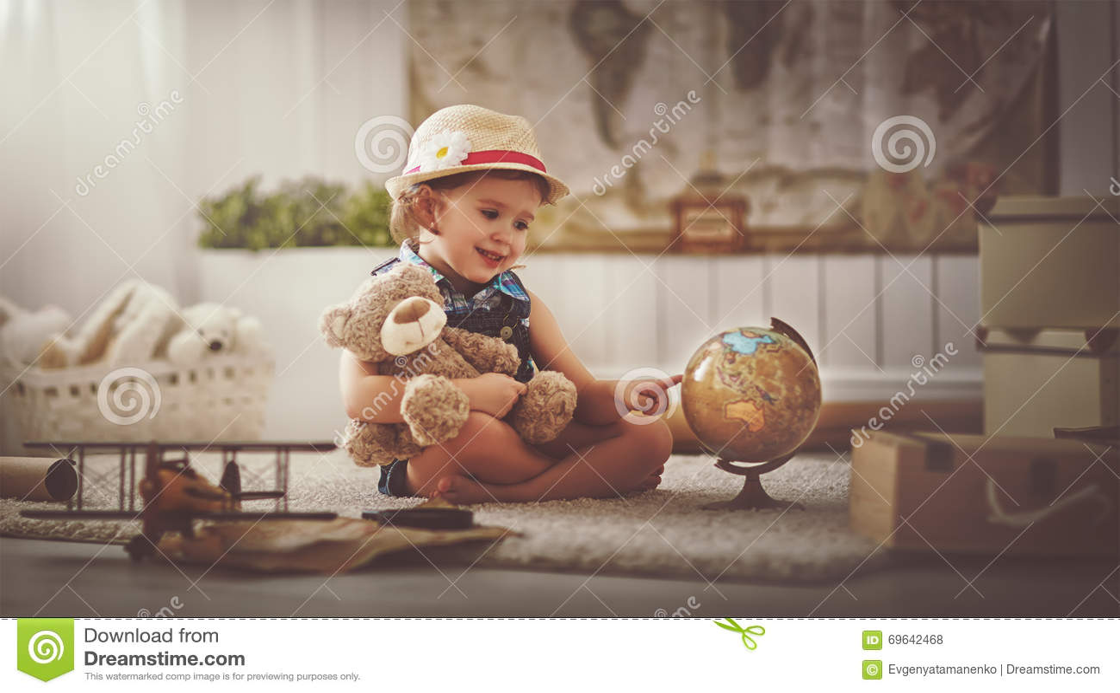 Konzeptreise Kindermädchen zu Hause, das von der Reise und vom Tourismus träumt