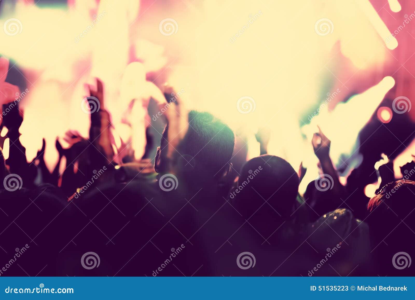 Konzert, Discopartei Leute mit den Händen oben im Nachtclub
