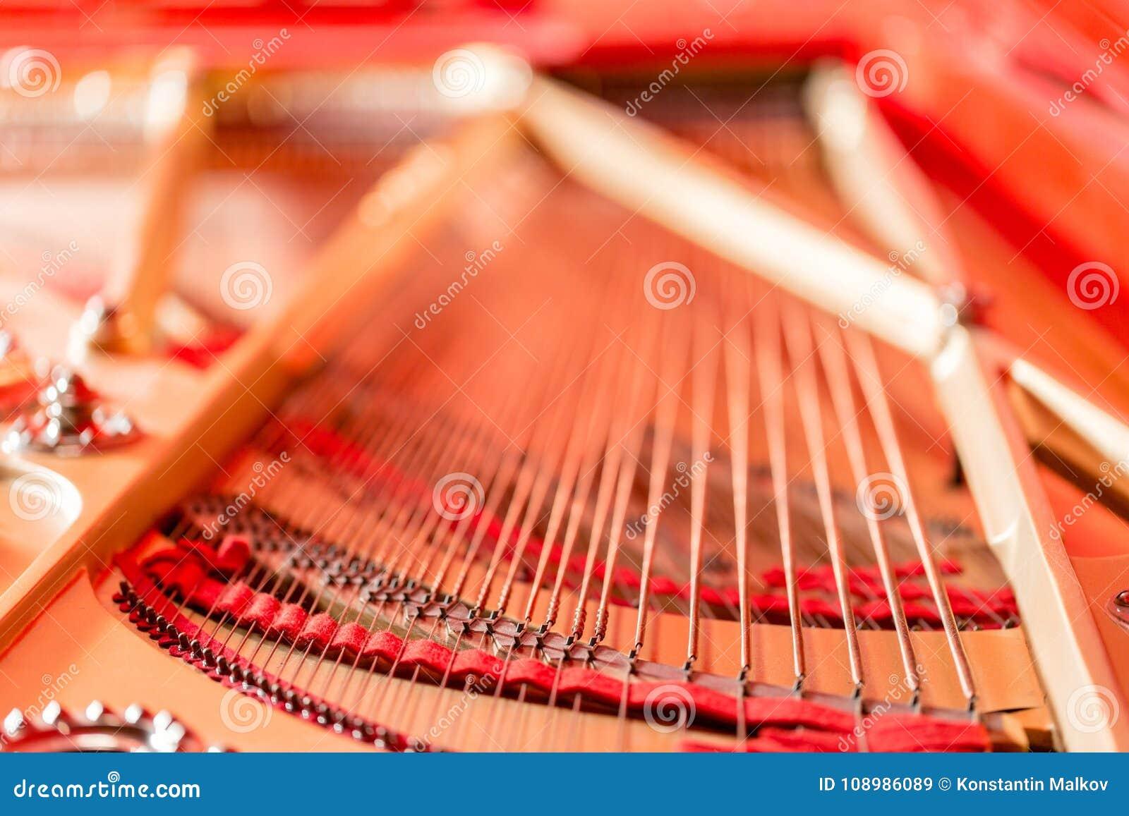 Koordenclose-up Uitstekende rode klassieke grote piano Muzikale instrumentensamenvatting