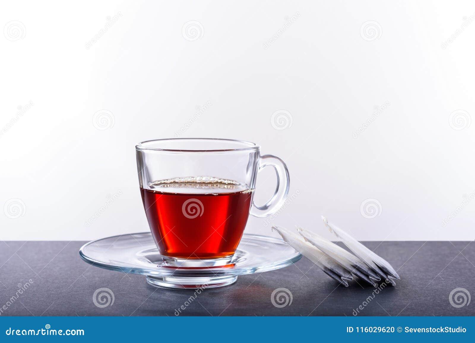 Kop en schotel met thee op een witte achtergrond