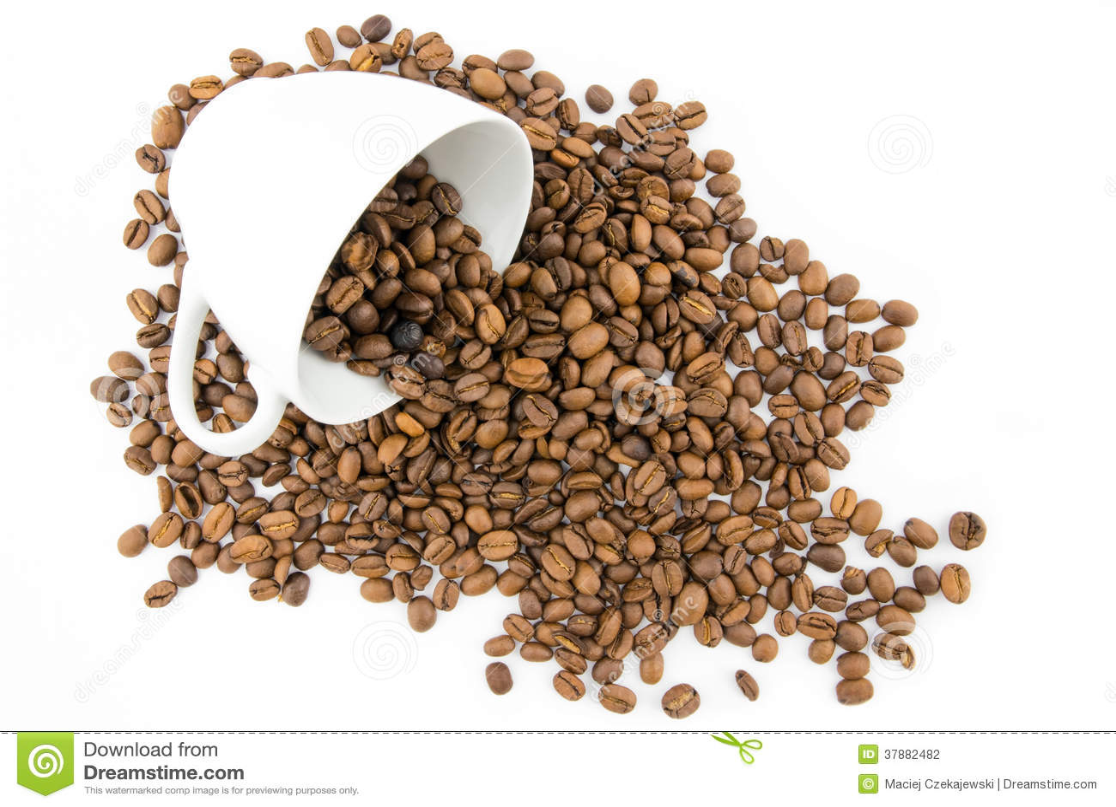Kop met koffiebonen die wordt gevuld