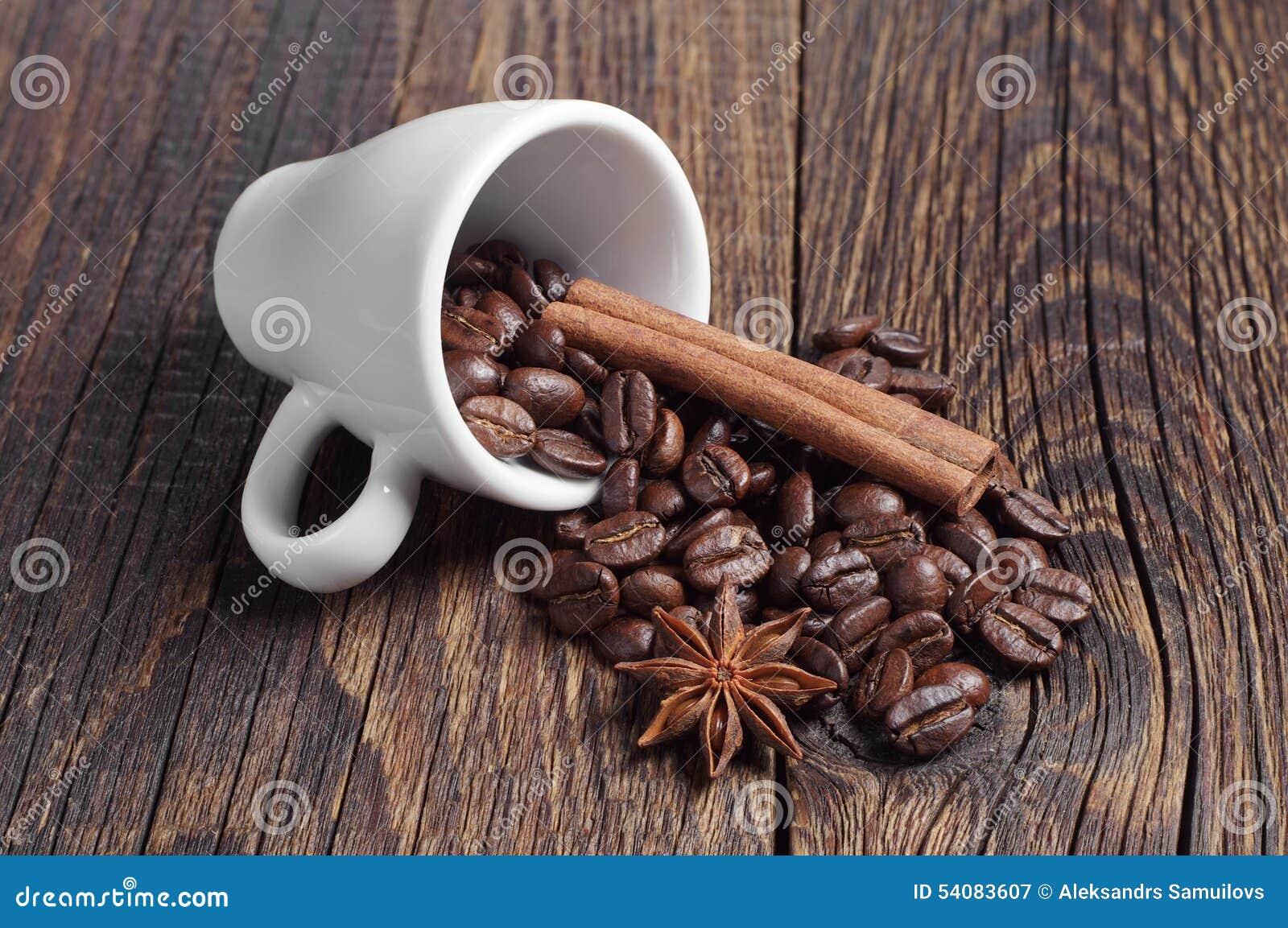 Kop met koffiebonen, kaneel en anijsplant