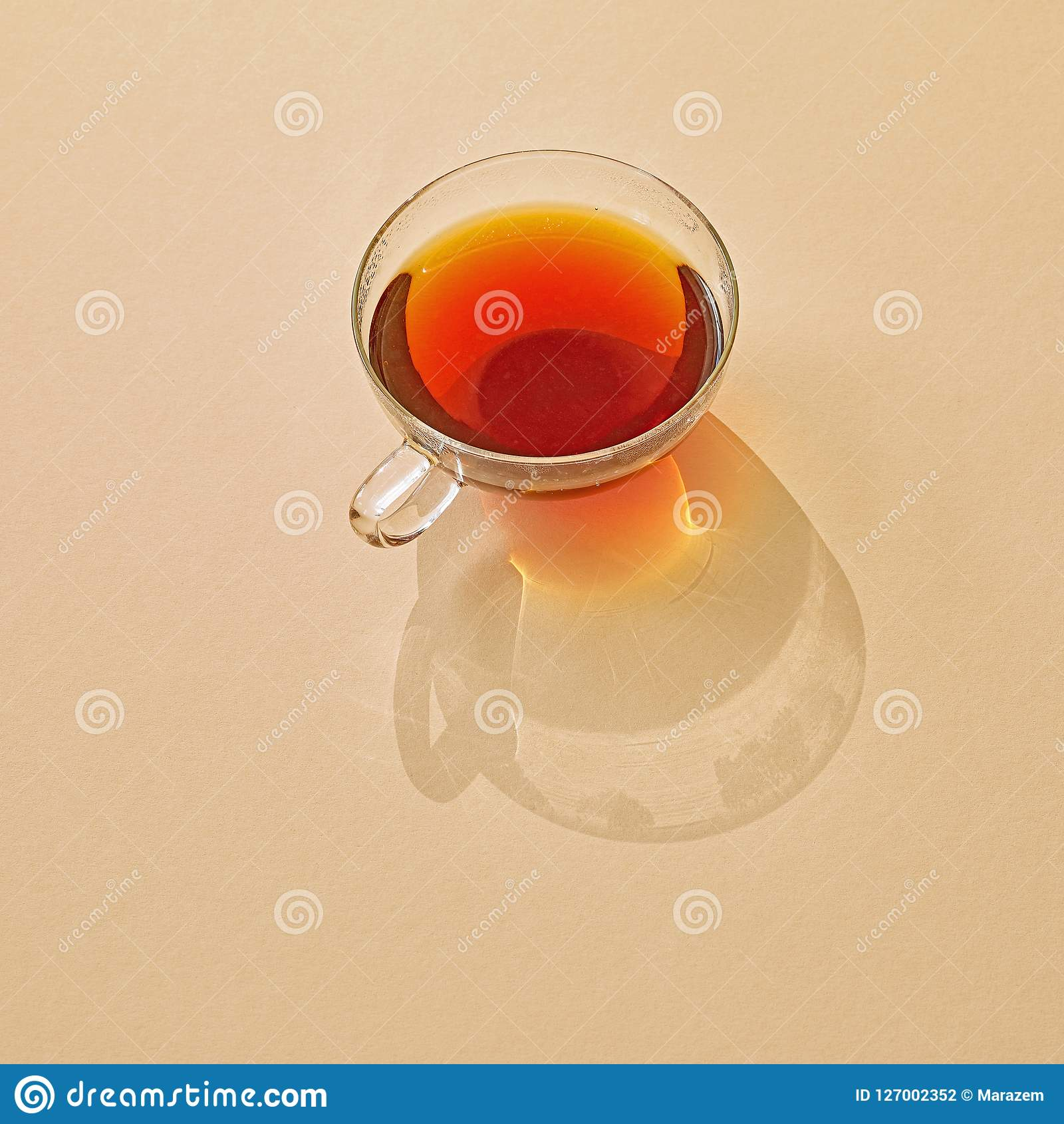 Kop thee met lange schaduw