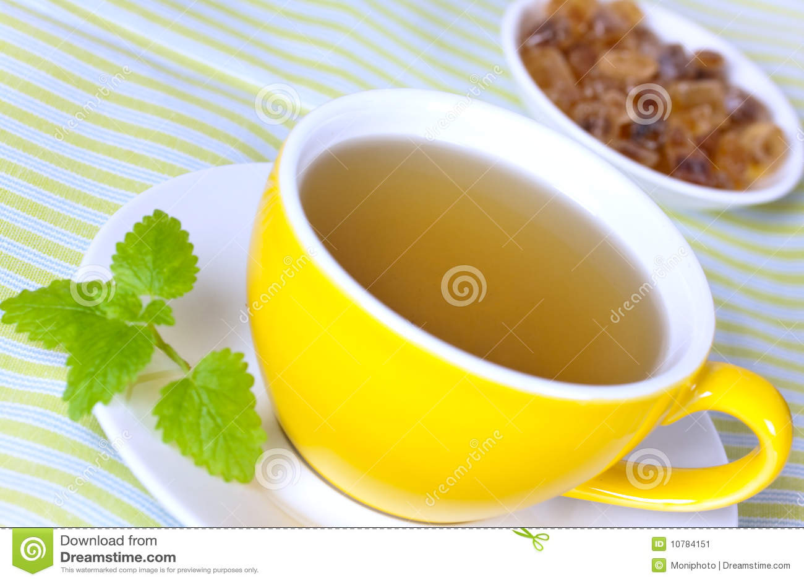Kop van groene thee met kruiden en suikergoed