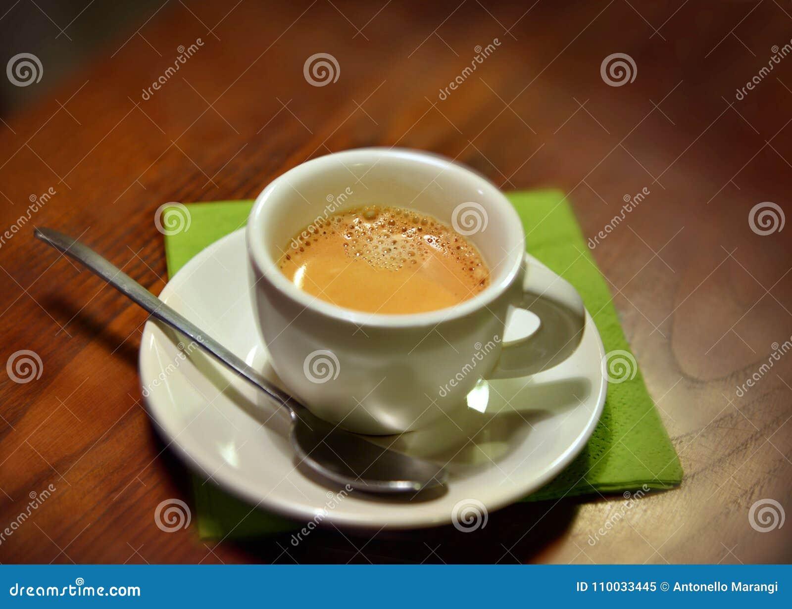Kop van Italiaanse espresso coffe op een houten lijst dichte omhooggaande mening van hierboven