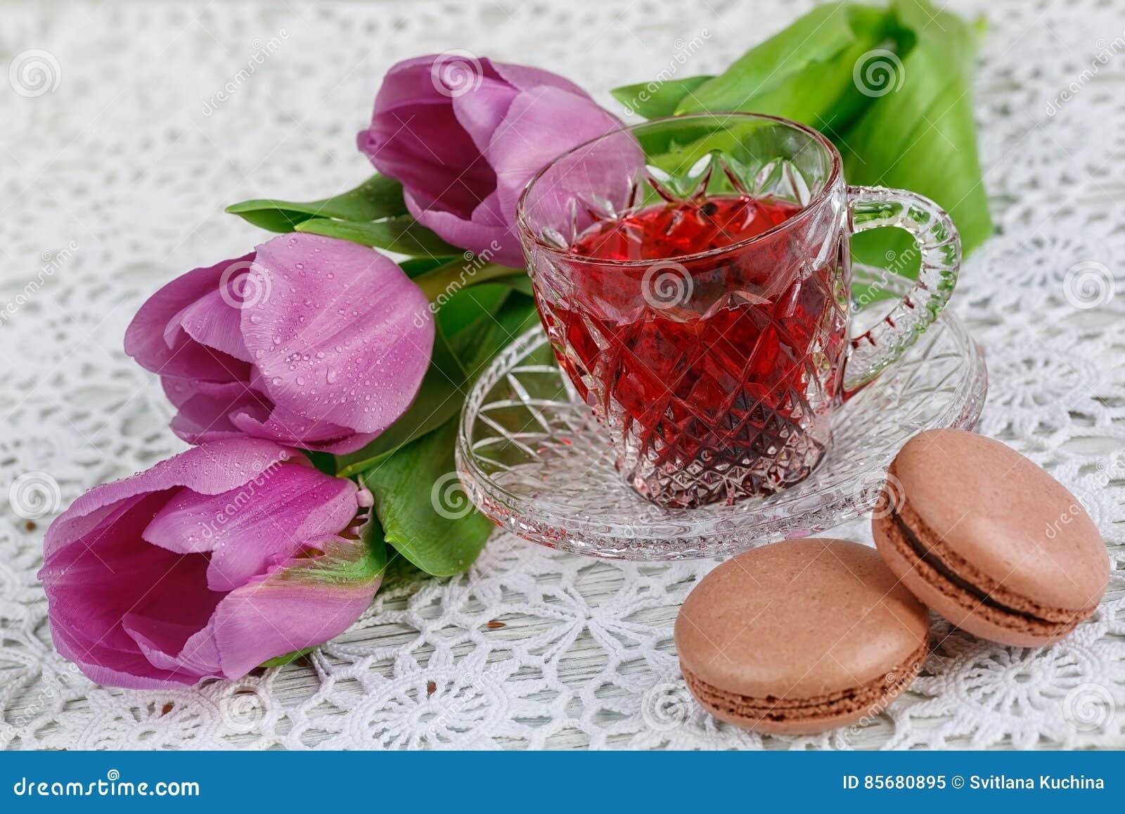 Kop Van Karkadeh Rode Thee Met Makarons En Tulpen Stock Afbeelding