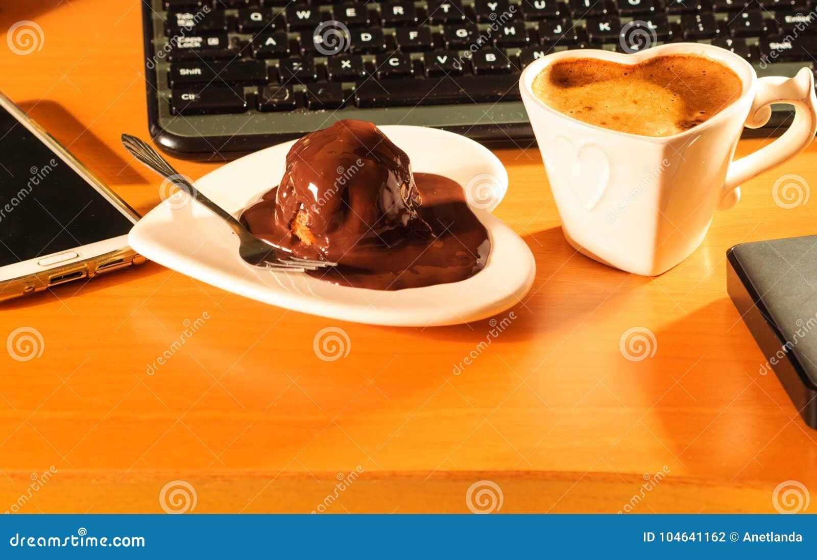 Download Kop Van Koffie En Chocoladecake Naast Computer Stock Foto - Afbeelding bestaande uit toetsenbord, vloeistof: 104641162