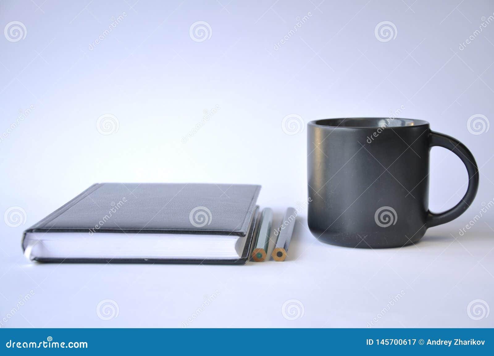 Kop van koffie en notitieboekje op lijst