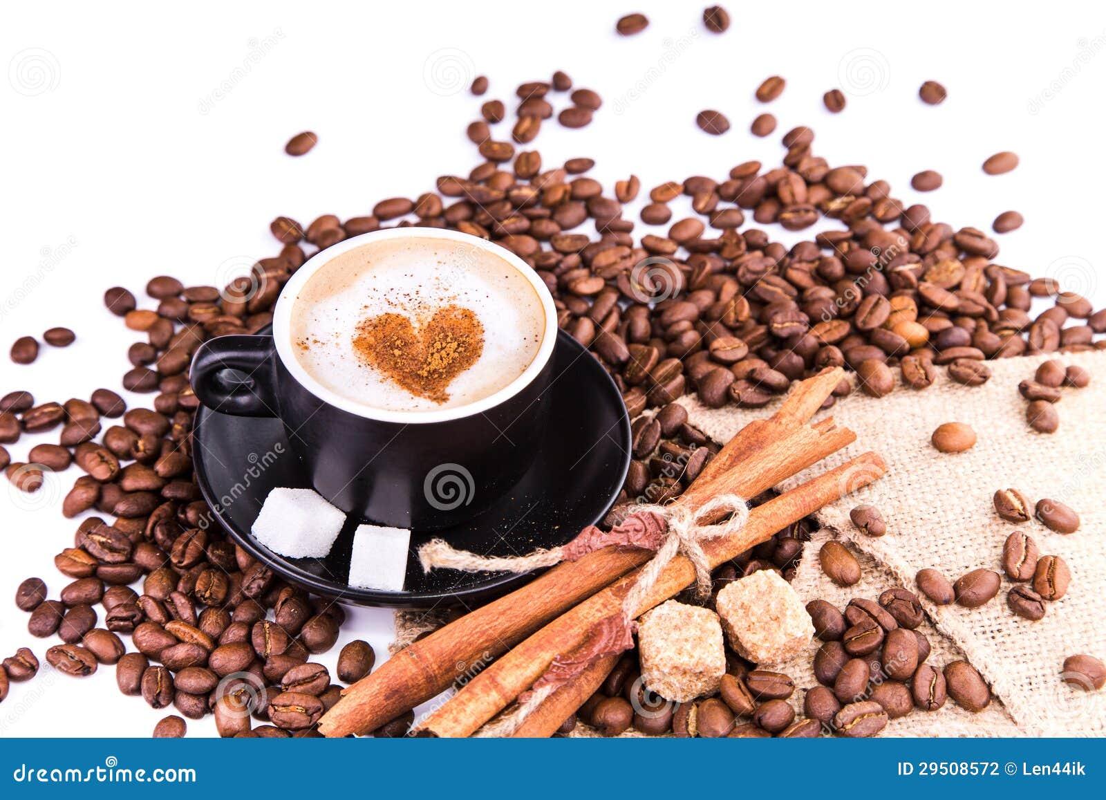 Kop van koffie met een hart. Koffiepauzeconcept.