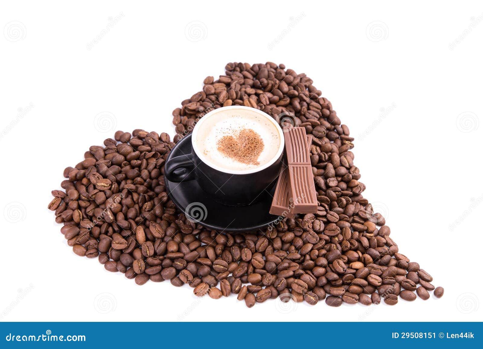 Kop van koffie met een hart met stuk van chocolade. Koffiepauzeconcept.