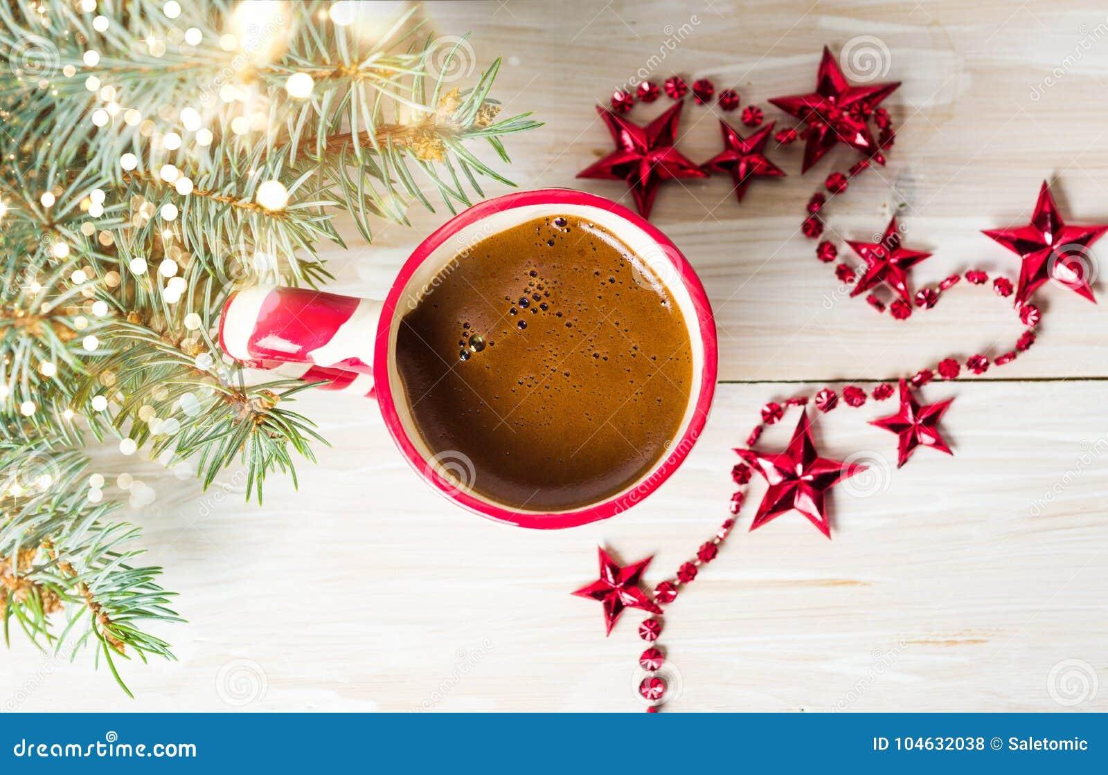 Download Kop Van Koffie Met Feestelijke Decoratie Op De Lijst Stock Foto - Afbeelding bestaande uit viering, drank: 104632038