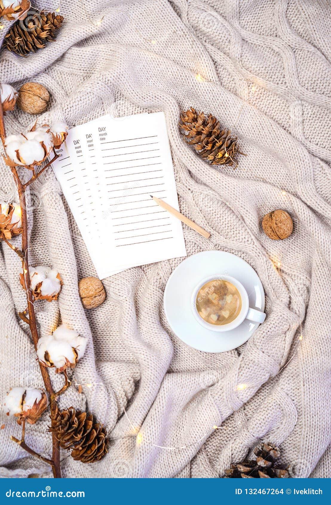 Kop van koffie met hartenvormen, pagina s van agenda voor het schrijven van nieuwe plannen of het winkelen giften, tak van katoen