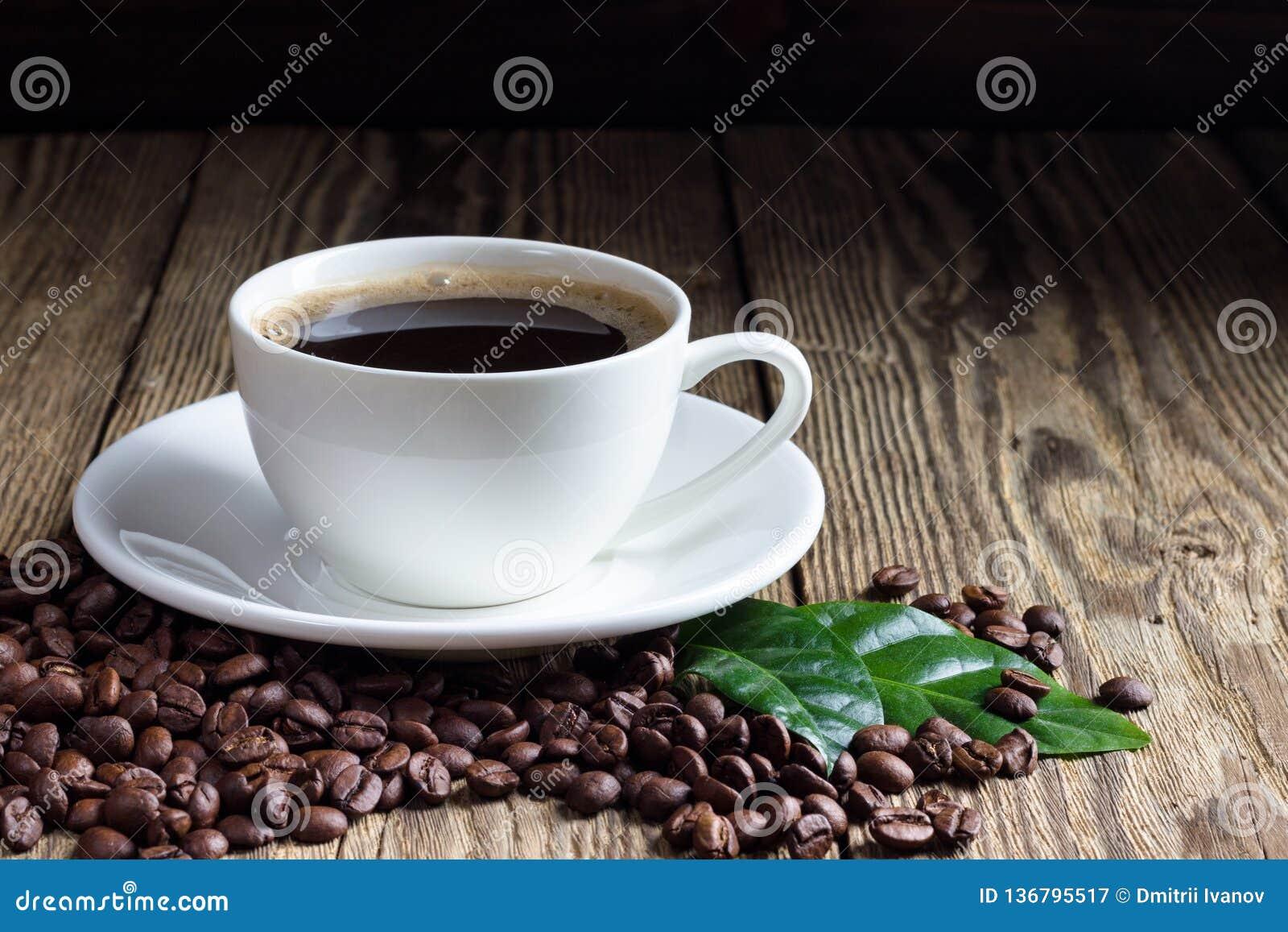 Kop van koffie met koffiebonen