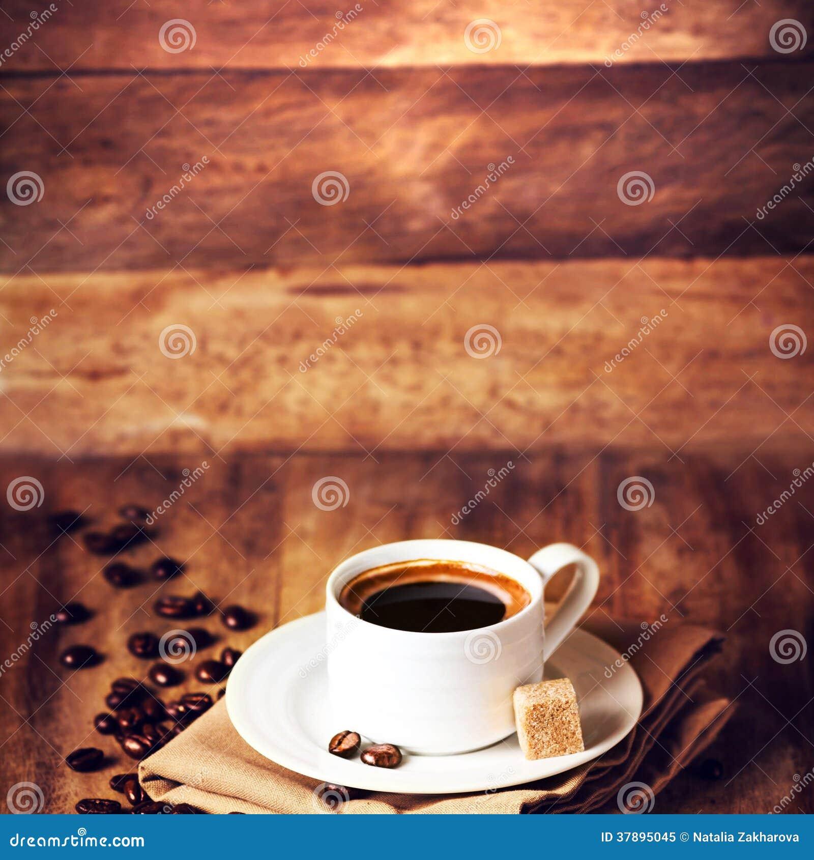 Kop van koffie met koffiebonen op mooie houten bruine bac