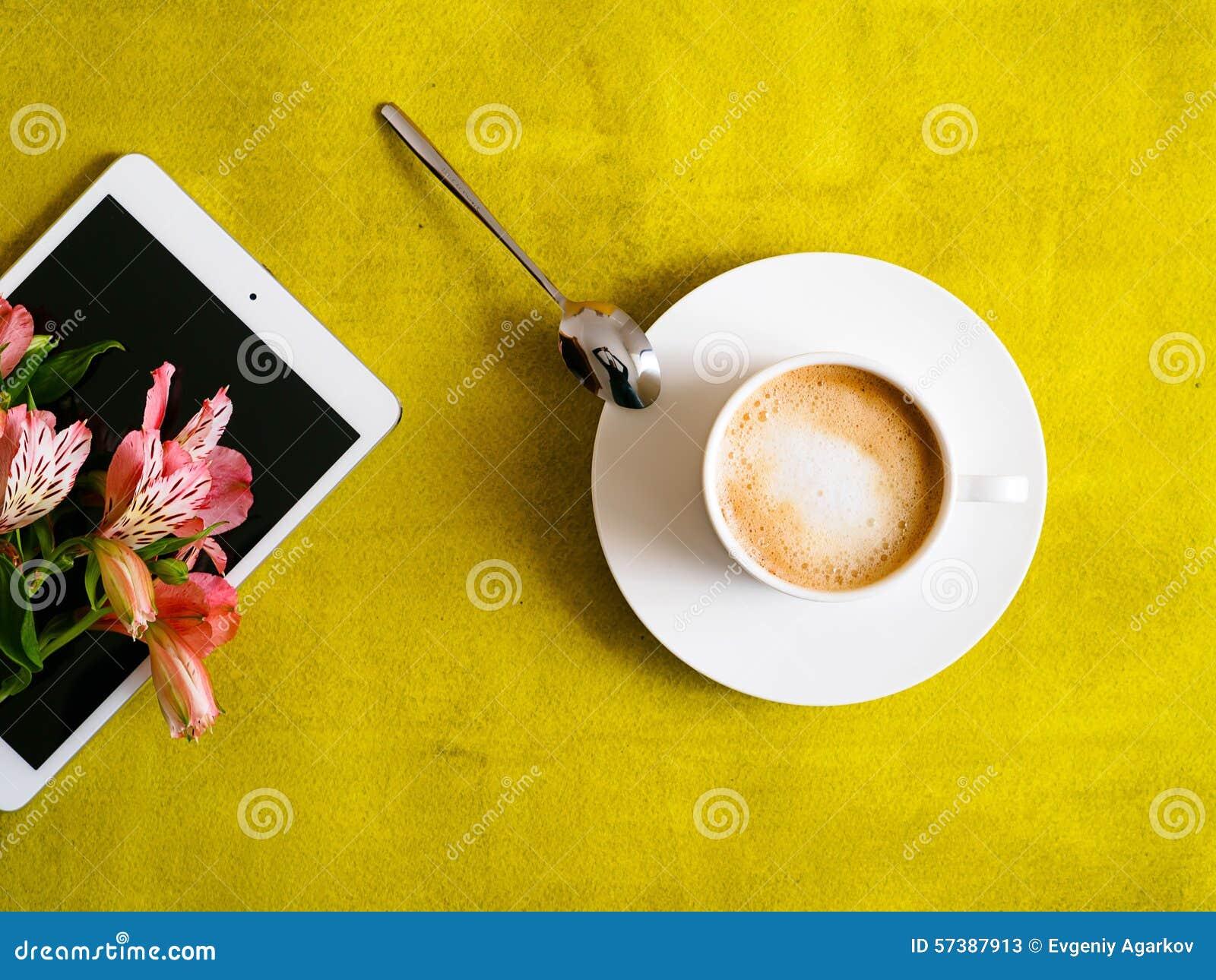 Kop van koffie met tablet op groene achtergrond
