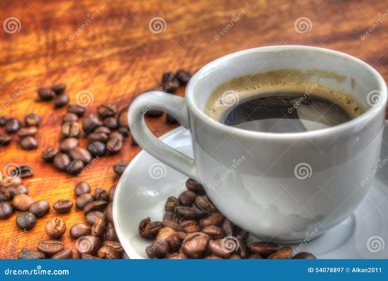 Kop van koffie op een houten lijst