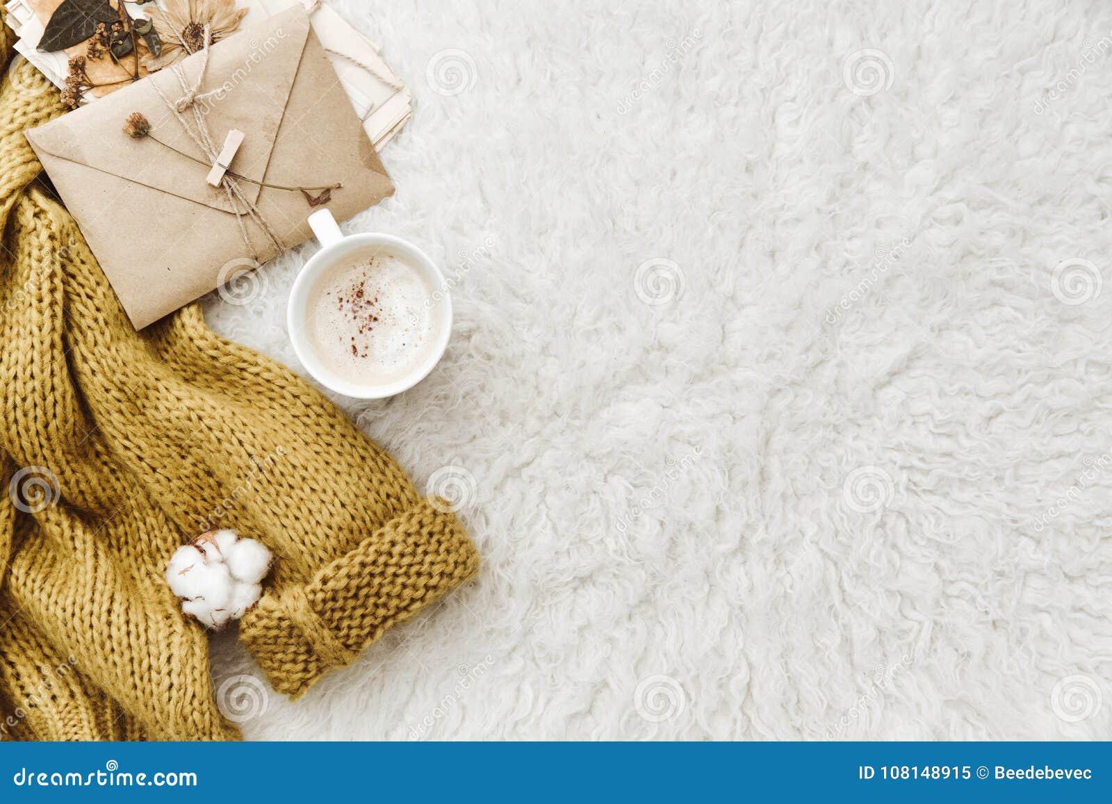 Kop van koffie, warme sweater en envelop Vlak leg samenstelling