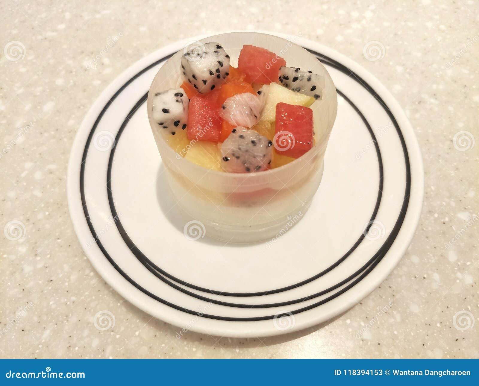 Kop van pudding met fruitsalade