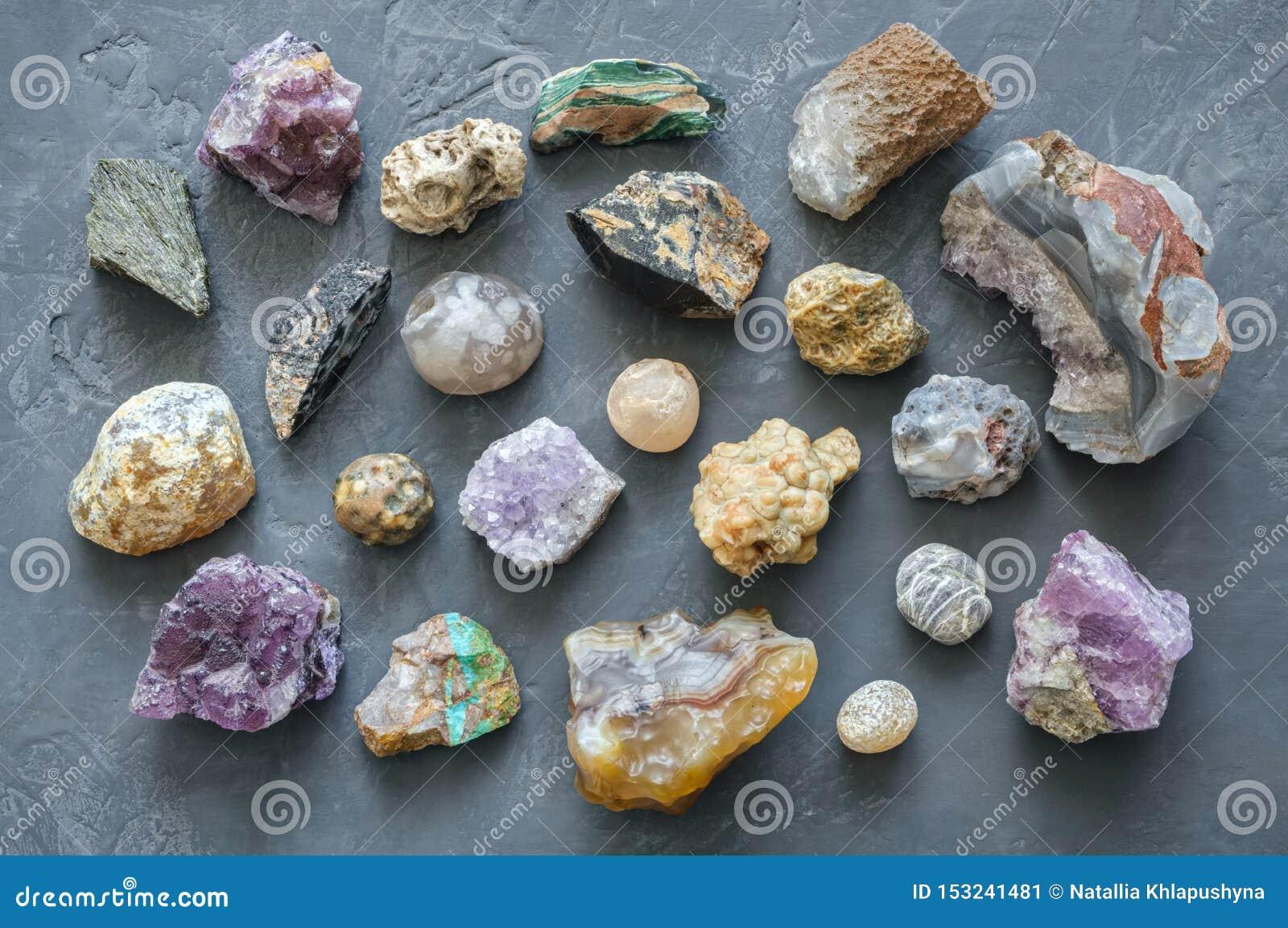 Kopalina dryluje kolekcję: turkus, morion, agat, onyks i chalcedon na szarość, betonujemy tło