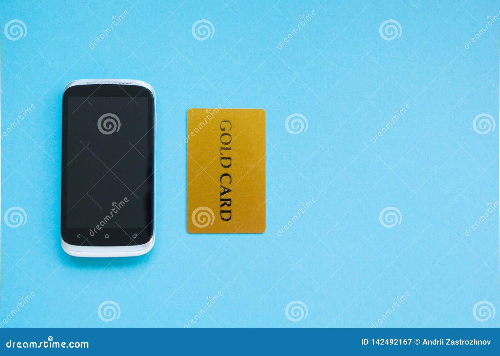 Kopend producten online, betaling die een creditcard, online het winkelen concept gebruiken